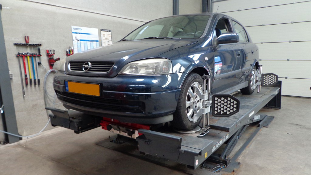 Opel Astra uitlijnen