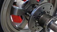 Met een speciale pennenplaat wordt het wiel, net zoals op de auto, opgespannen op het balanceerapparaat.